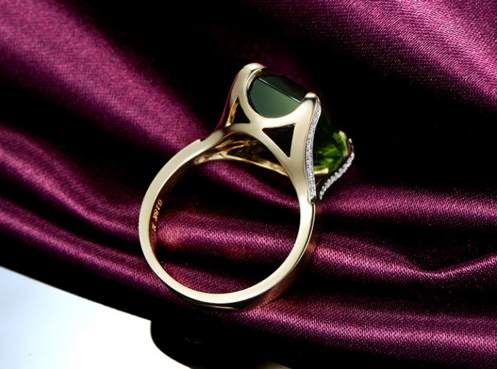 Luxurious European style eagle paw ring gem green accessories