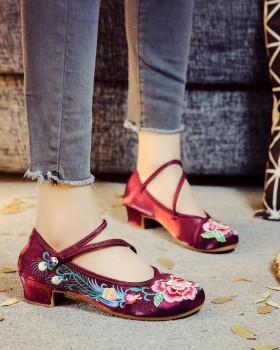 Embroidered national style cloth shoes