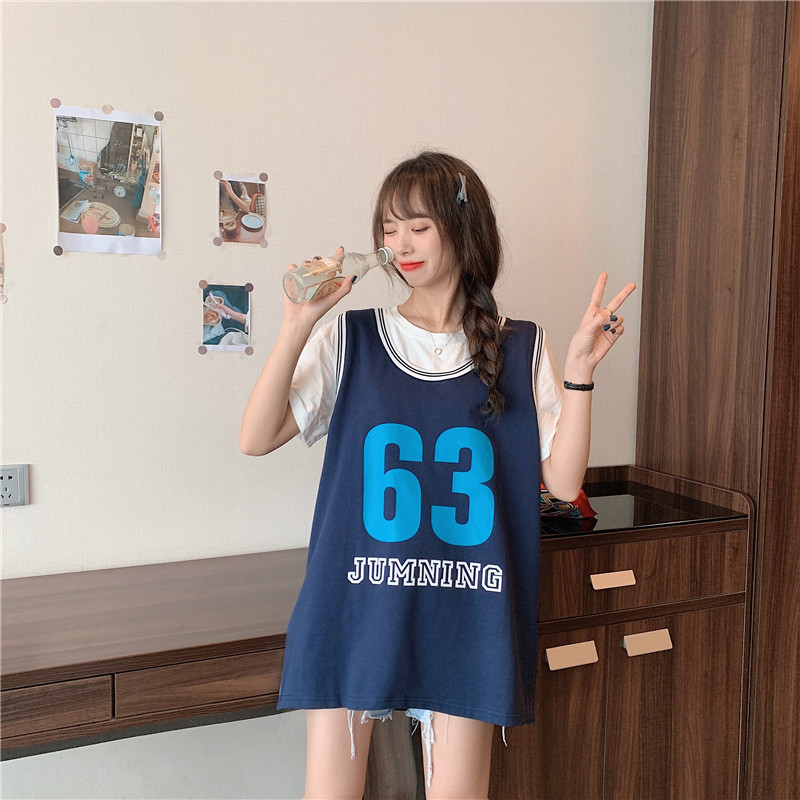 Loose sleeveless T-shirt wears outside sports vest for women