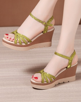 Slipsole thick crust platform all-match sandals