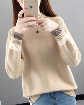 Short sweater wears outside bottoming shirt for women